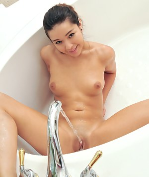 Sexy Nubile Cali Doe lets the pounding water make her twat cum
